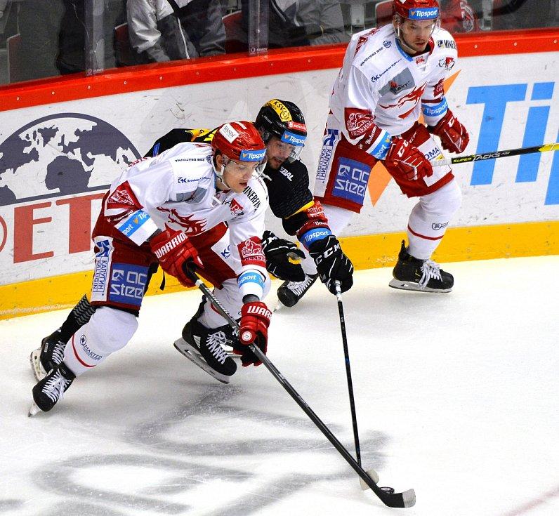 Oceláři si doma poradili s Litvínovem (v černém).