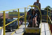 Náraz ve třicetikilometrové rychlosti si mohli vyzkoušet návštěvníci preventivní akce Den pro motoristy ve Frýdku-Místku.