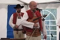 Aleš Adamík (vpředu) počátkem září hrál a zpíval s muzikou Javorový na chatě Studeničné. Na jarmarku připojil i zajímavé informace k tradicím a životě na Hrčavě a celém Jablunkovsku.