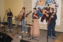Folkování pod Ondřejníkem. V sále hotelu Horizont zahrálo celkem 7 kapel.