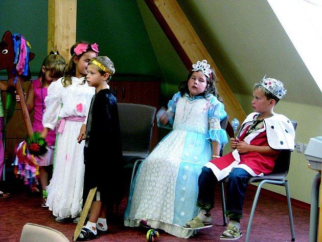 O Šípkové růžence. Pohádku zahrály děti z prvního stupně u příležitosti otevření zbrusu nových učeben základní školy.