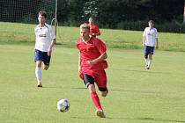 Raškovičtí fotbalisté (bílé dresy) důležitý domácí duel s Albrechticemi zvládli, když vyhráli 1:0.