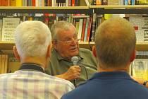 Knihkupectví Kapitola navštívil v úterý 2. června uznávaný novinář a dramatik Karel Hvížďala. Debatoval nejen o své poslední knize Osmý den týdne, ale komentoval i aktuální stav médií v České republice.