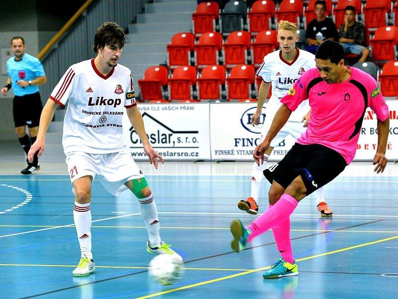 Duel dvou nováčků futsalové nejvyšší soutěže dopadl nakonec lépe pro hráče v bílých dresch. Třinečtí v domácím prostředí svého soupeře přehráli 6:4.