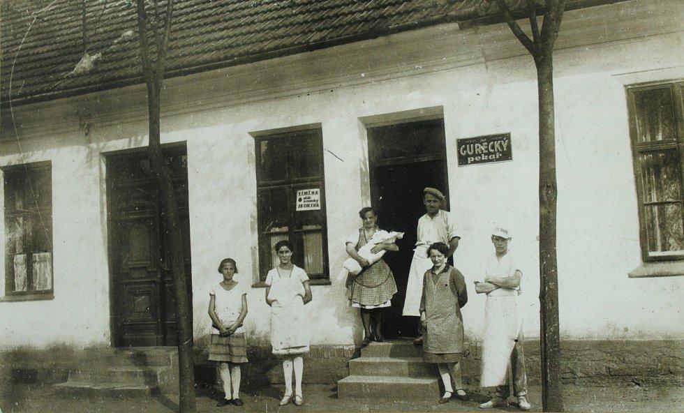 PEKAŘSTVÍ Gureckých ve Sviadnově v době první republiky. Ve třicátých letech minulého století nastal velký rozvoj obce. Na okraji obce se nacházely dvě textilní továrny, v obci byla parní pila, velkouzenářský závod a kolařství a karosárna.