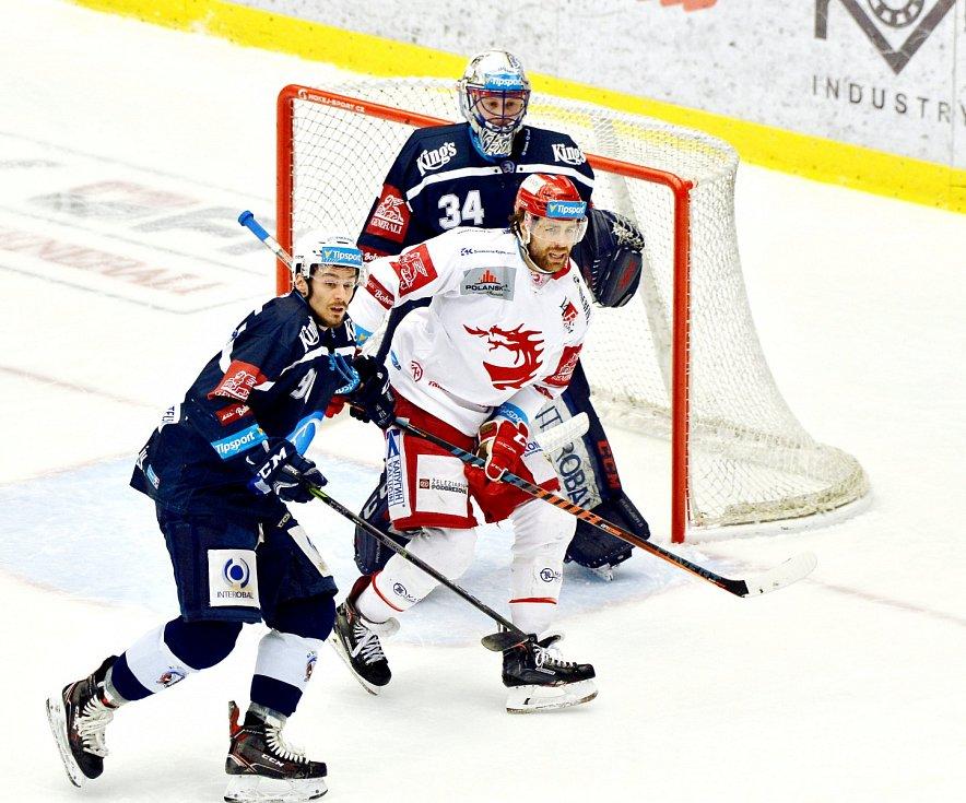 Třinec (v bílém) vs. Plzeň v druhém semifinále.