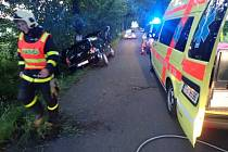 Zásah záchranářů u havarovaného automobilu.