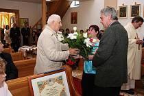Adolf Kolčář přijímá gratulace ke svému životnímu jubileu.