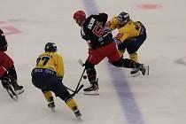 Třinečtí hokejisté (v černém) prohráli ve Zlíně 0:4.