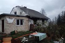 Zásah hasičů u požáru staršího rodinného domku v Mostech u Jablunkova.