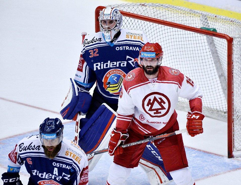 Oceláři porazili Vítkovice (v modrém) i podruhé. Zápas měl slušné tempo.