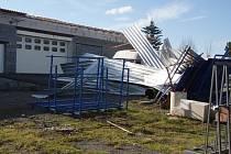 Mohutný čtvrteční vítr v Bruzovicích strhnul střechu haly. V jejích troskách zemřel čtyřiačtyřicetiletý muž. Snímek z místa nehody.