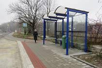 Zastávka bez čekajících na autobus se nachází naproti restaurace McDonald's. Zatím není jasné, kdy k ní první vozidlo městské hromadné dopravy přijede.