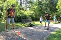 Chození na chůdách, házení létajícím talířem na terč, chůze po laně nebo skákání na tyči s pružinou. To vše nabídla včerejší akce, kterou navštívilo přibližně 50 dětí.