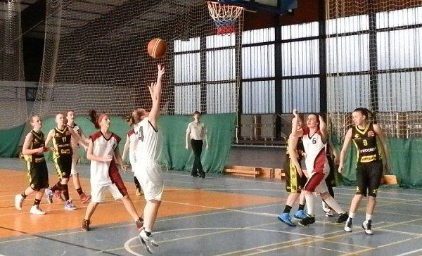 Pod bezednými koši pokračovaly frýdecko-místeckým basketbalistkám a basketbalistům mistrovské boje.