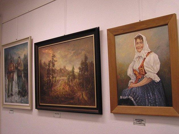 Obrazy Jana Satiny, v popředí portrét Františky Pituchové.