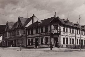 Původní centrum obce s hotelem Duda a obchodem na snímku z roku 1941. Střed Starých Hamrů zůstal v zátopě přehrady Šance.