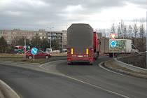 Kruhový objezd u Tesca na Beskydské ulici ve Frýdku-Místku je častým místem dopravních nehod.