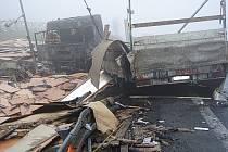 Hasiči měli plné ruce práce, aby rozsáhlý požár kamionů v Mostech u Jablunkova uhasili.