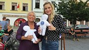 Eva Pastušková a Veronika Poláčková (vpravo) s panenkami na místeckém náměstí Svobody.