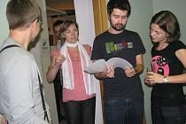 M klub třinecké městské knihovny v pátek večer hostil akci, na které vystoupily mladé třinecké naděje.