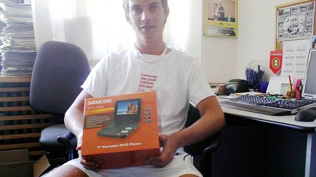 Výherce jarní části Tip Ligy Michal Novák si v redakci převzal cenu za své umístění – přenosný DVD přehrávač.