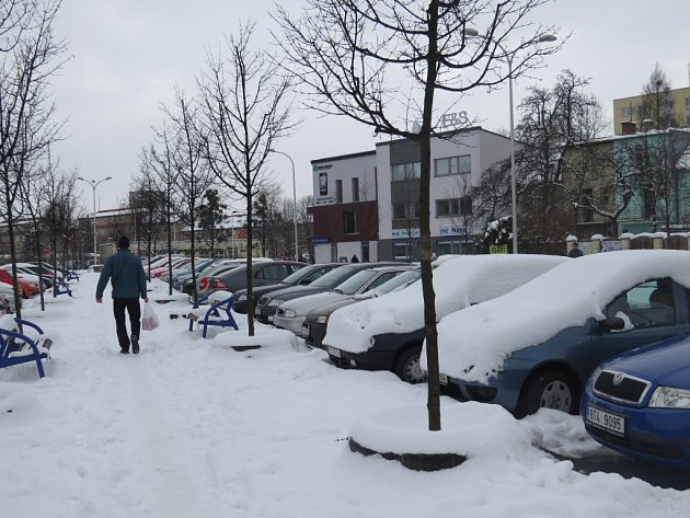Údržba parkoviště těžkou technikou je komplikovaná.