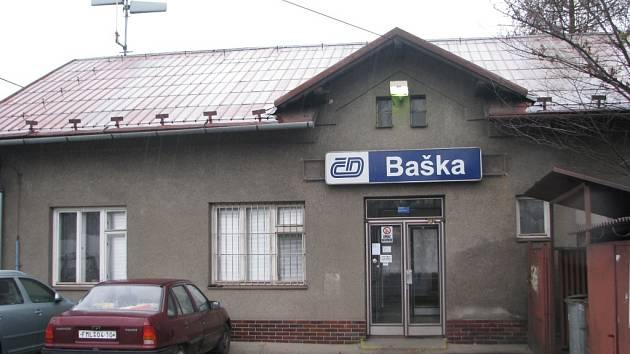 Současná zastávka v Bašce se nachází na okraji obce. Správa železniční dopravní cesty usiluje o to, aby vlaky zastavovaly poblíž obecního úřadu.