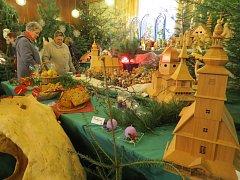 Návštěvníci si o víkendu se zájmem prohlíželi desítky betlémů, adventní věnce, svíčky i modely kostelů.