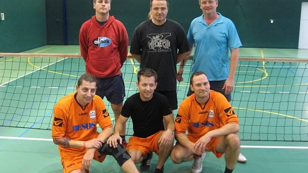 Finalisté úvodního turnaje Frýdecko-místecké ligy v nohejbale trojic. Nahoře stojí poražení finalisté – Fazoli, pod nimi je pak obhájce loňského triumfu - Rychvald.