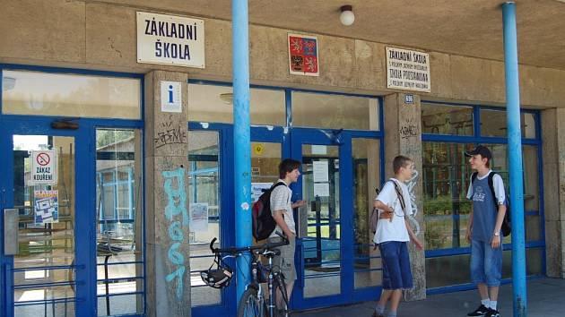 Žáci (na archivním snímku) stojí u vchodu do PZŠ Koperníkova. Škola od září 2009 přestane právně existovat, v areálu bude jen odločené pracoviště PZŠ Nádražní.
