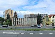 SNÍMKY zachycují proměnu budov podél Ostravské ulice v Místku. Z budovy, ve které sídlil okresní výbor komunistické strany, je dnes komerční centrum, kde sídlí také redakce Deníku, změnilo se i okolí.