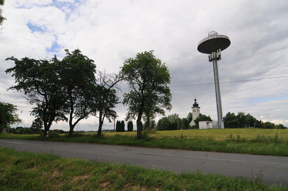Věžový vodojem a kostel Nanebevzetí Panny Marie patří mezi dominanty Soběšovic.