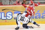 Utkání 2. kola hokejové extraligy: HC Oceláři Třinec - HC Plzeň (10. září 2017), dole Tomáš Mertl a Vladimír Dravecký z Třince.