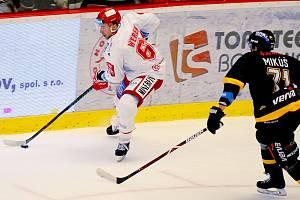 Třinečtí hokejisté (vlevo Ethan Werek) se chystají na poslední kolo základní části extraligy.