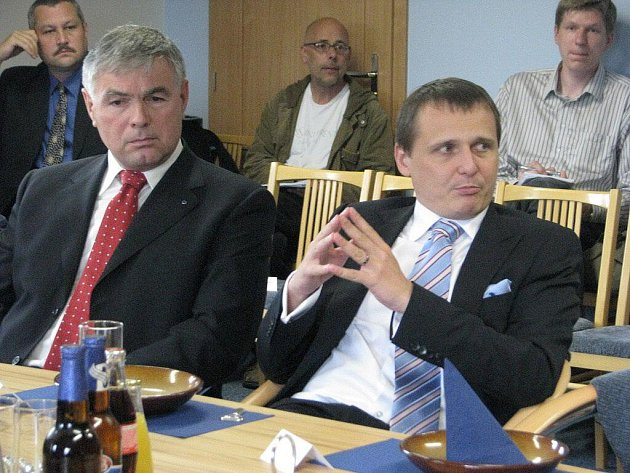 Ministr dopravy Vít Bárta (vpravo) přijel v pátek odpoledne do Hrádku. Na obecním úřadě jednal s regionálními politiky o problému silnice I/11, kterou trápí neúměrná doprava.