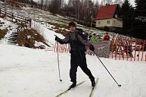 SKI areál Sviňorky na Morávce se v sobotu 8. ledna i přes deštivé počasí slušně zaplnil lyžaři.