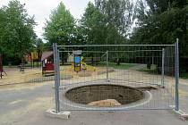 Místo točícího hřibu, který na svém místě postával bezmála 50 let, zbyla pouhý betonová díra. Kolotoč se ale možná dočká renovace.