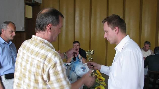 Losování okresních fotbalových soutěží vedl sekretář OFS Vladimír Šmíd (vlevo). Přihlíží předseda OFS Zdeněk Duda (stojí vpravo) a Svatopluk Pešat s Jiřím Dlouhým.