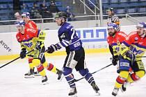 Jedním z nových hráčů pro hokejové Oceláře je Radek Veselý (v modrém).