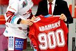 Martin Adamský (v bílém) převzal z rukou sportovního ředitele Ocelářů Jana Peterka památeční dres. Odehrál 900. extraligové utkání.