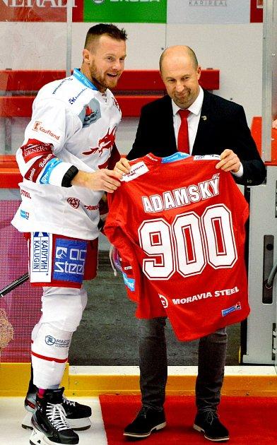 Martin Adamský (vbílém) převzal zrukou sportovního ředitele Ocelářů Jana Peterka památeční dres. Odehrál 900.extraligové utkání.