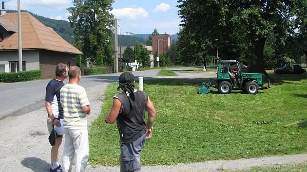 Starosta Morávky Zdeněk Ševčík a starosta Pražma Marek Kaniok (zleva) pozorují při práci zbrusu nový malotraktor, který si obce společně pořídily.