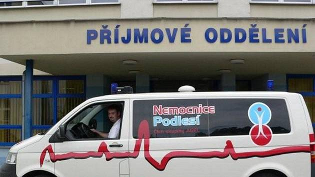 Třinecká Nemocnice Podlesí pro své pacienty pořídila takovéto nové sanitní vozidlo.