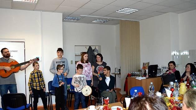 Žáci ze ZŠ a MŠ Naděje ve Frýdku-Místku navštívili v minulých dnech s předvánočním kulturním vystoupením frýdecko-místeckou nemocnici.