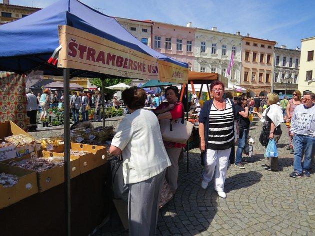 Farmářské trhy na místeckém náměstí.