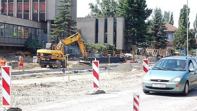 Rozsáhlá rekonstrukce ulice 8. pěšího pluku ve Frýdku-Místku je v plném proudu. Doprava je jen mírně omezena.