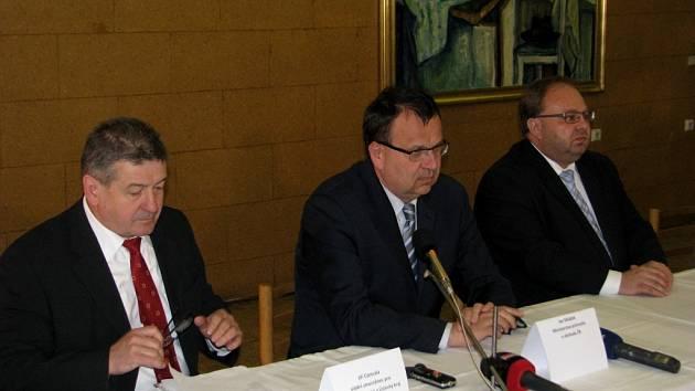 Zleva: Zmocněnec vlády pro Moravskoslezský kraj Jiří Cienciala, ministr Jan Mládek a hejtman MSK Miroslav Novák.