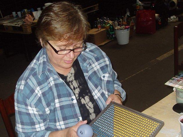 Výtvarnice Barbara Baumruková zkouší dekoraci litiny.