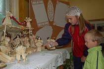 Děti si na výstavě v Ostravici prohlížejí betlém Márie Kubalové.